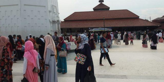 Pengunjung Warga Kota Serang Banten Padati Masjid Agung Banten
