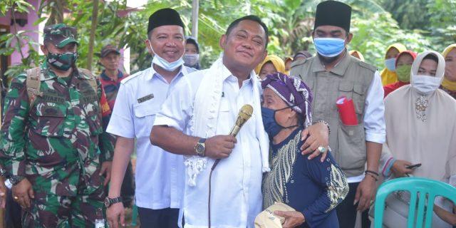 Bupati Bekasi Blusukan Kunjungi Rumah Nenek Roni di Wilayah Kecamatan Setu