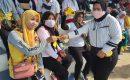 Riska Salim Bagi Masker di Stadion Mini Ciketing Udik